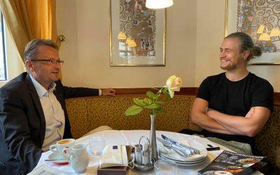 Barfuß nach Brüssel – im Gespräch mit Dominik Ployer